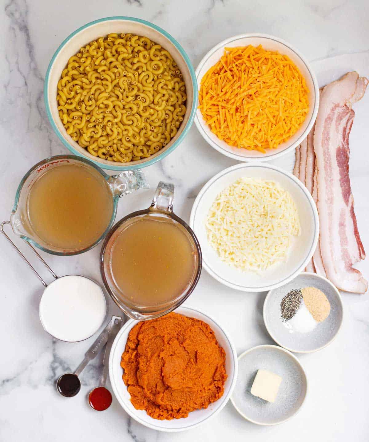 Ingredients: bacon, macaroni, chicken broth, butter, hot sauce, Worcestershire sauce, garlic powder, salt, pepper, shredded cheddar, shredded mozzarella, half and half, pumpkin puree.